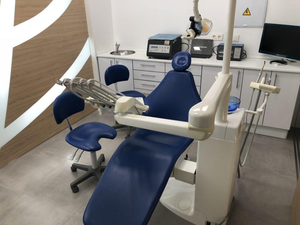 Equipo dental de última generación - Implantes, cirugía, medicina regenerativa, endodoncia
